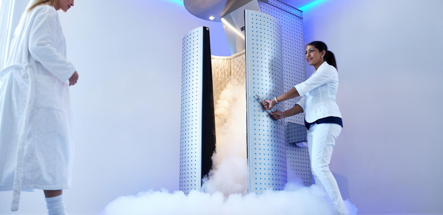 A patient is walking in a cryotherapy chmber for a whole body cryotherapy treatmnet